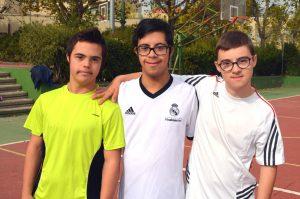 Foto de grupo de chavales haciendo deporte, Asociación VIVO, ocio inclusivo y tiempo libre con y sin discapacidad, en Madrid